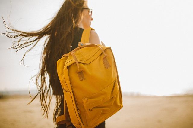 žlutá batoh chůze