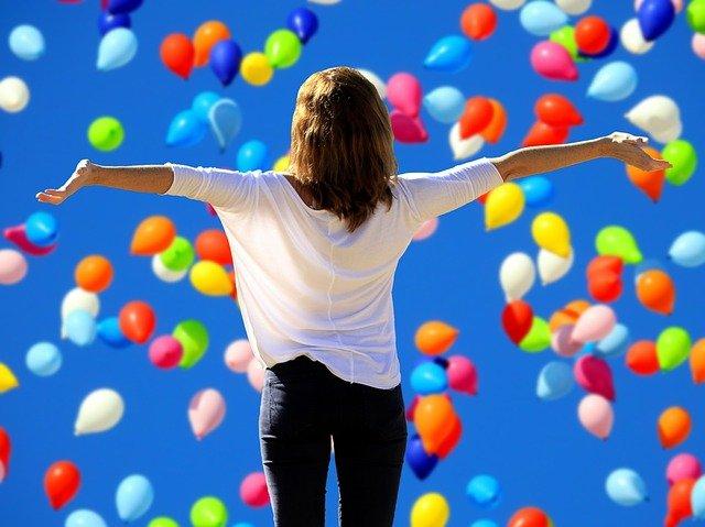dívka a balonky