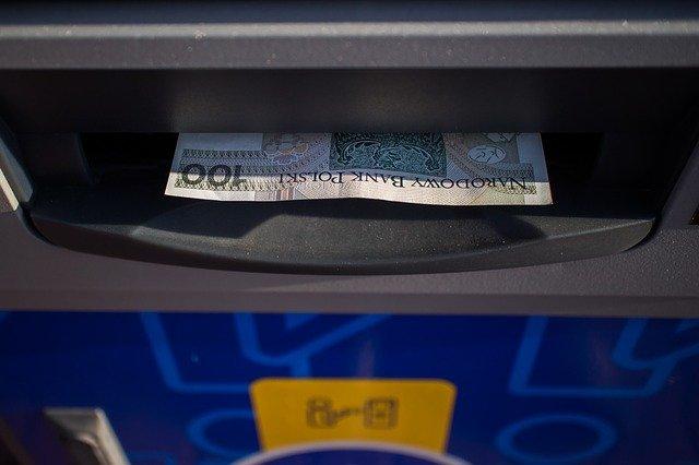 dolar v bankomatu