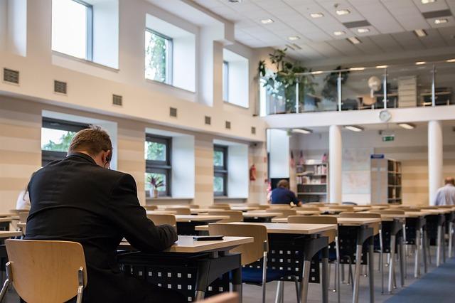 lidé v knihovně