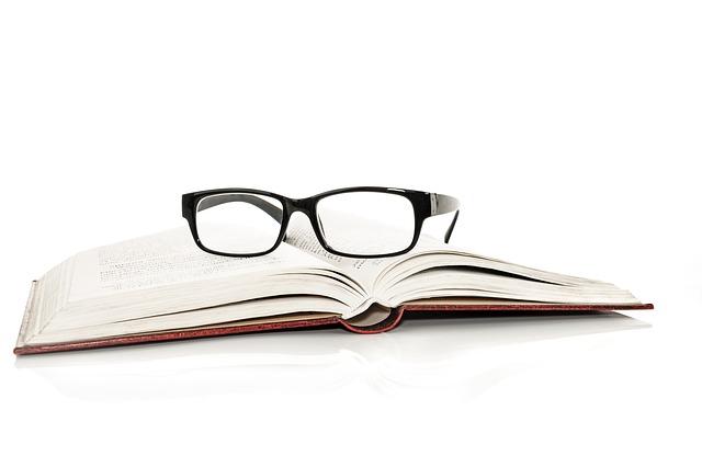 dioptrické brýle na knize