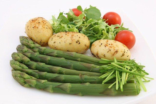 brambory, chřest a rajčata