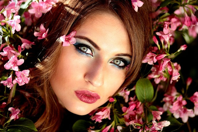 děvče a květiny