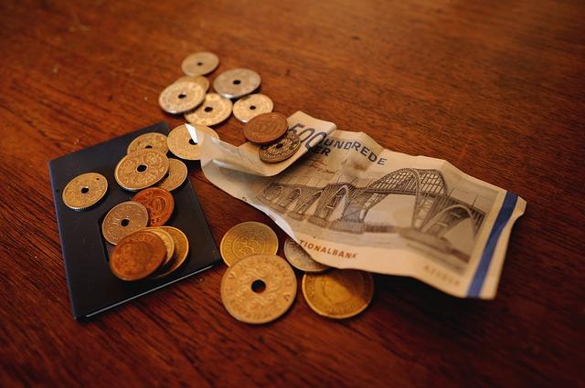 mince s dírou, pokrčená bankovka